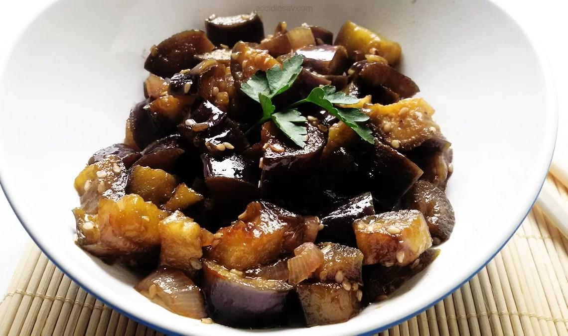 Ricetta facile e veloce vegetariana: melanzane spadellate con zenzero, salsa di soia, sesamo e prezzemolo