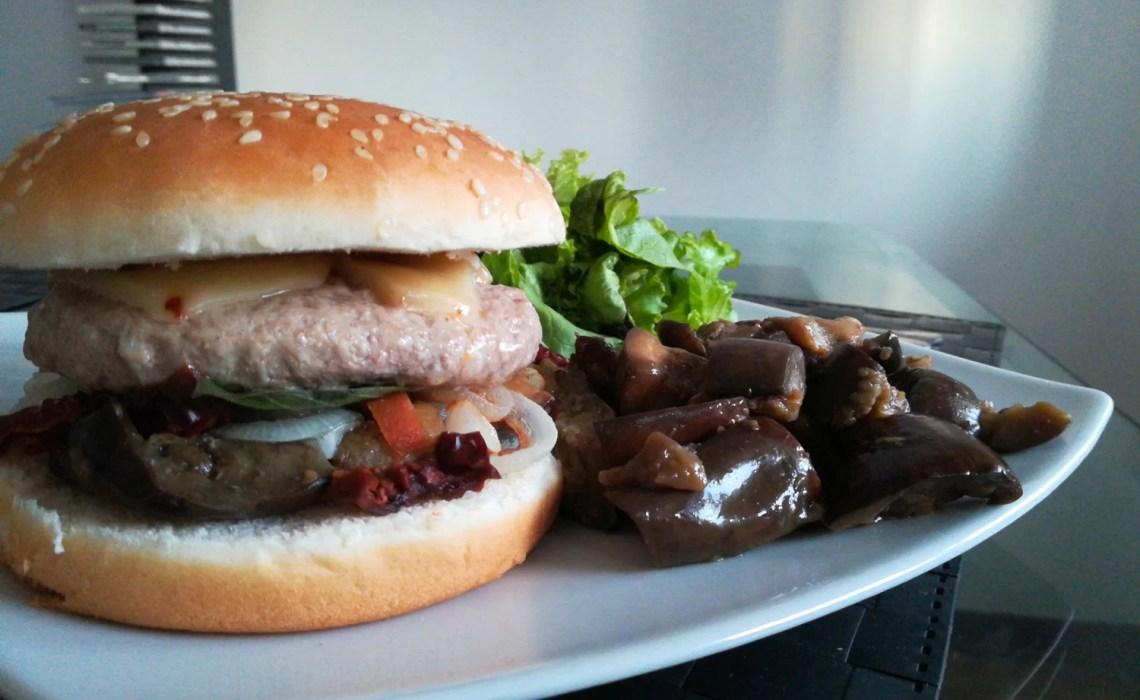 burger gourmet con melanzane, senape, cipolla, pomodori secchi e caciottina