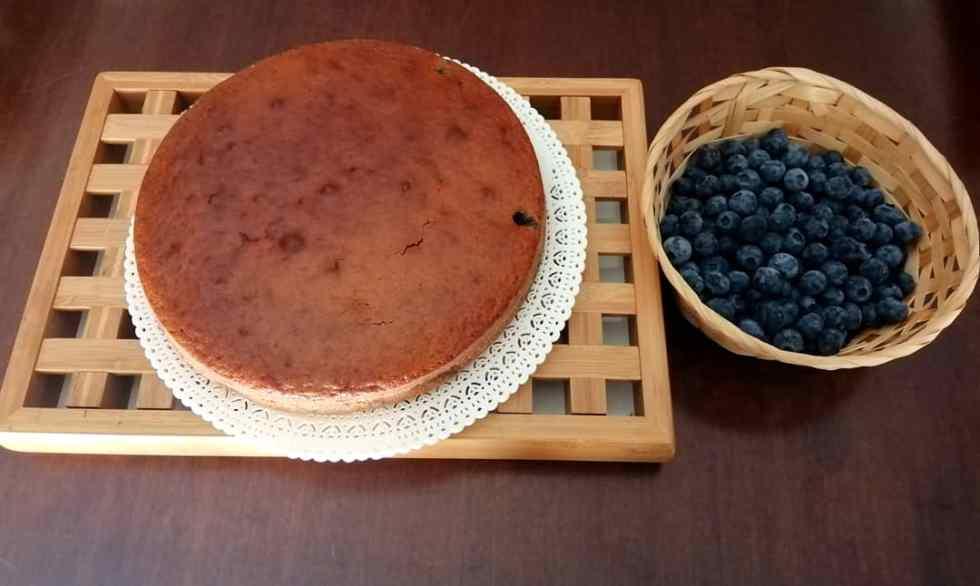 Torta con yogurt greco e mirtilli neri