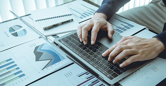 employee on computer looking to buy accounting software for his company
