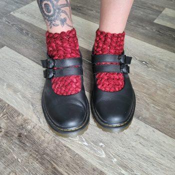 Photo de bas rouge dans des souliers noirs