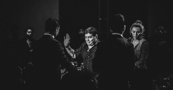 Maradona melabaikan tangan saat gala dinner di Jakarta pada 2013 silam. (Fernando Randy/Historia.id).