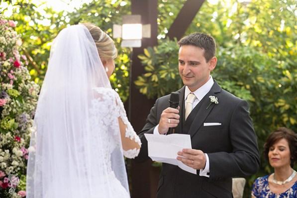 noivo fazendo votos no casamento