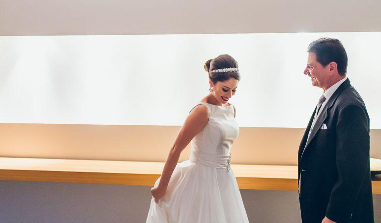 <em> Vestido de noiva liso para casamento moderno | Foto: Jeff e Gal </em>
