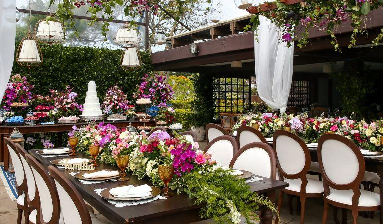 Decoração de mini wedding rústico na praia | Foto: VRebel Cinema One