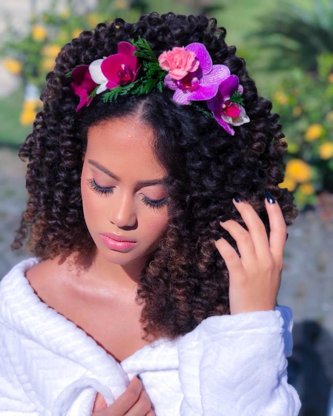 Penteados para noivas de cabelo cacheado - 1
