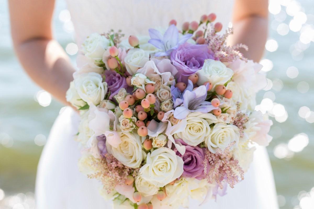 Buquê de noiva branco e lilás
