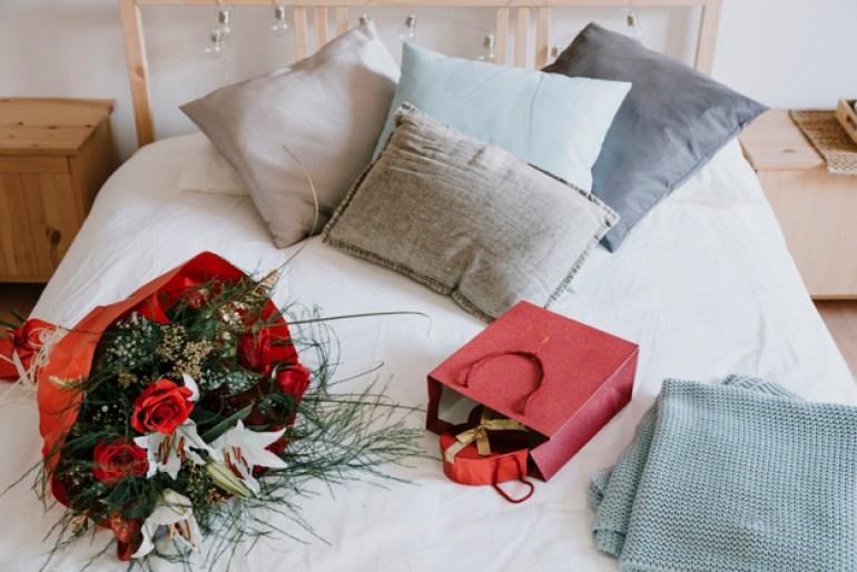 Presentes na cama decoração de quarto para dia dos namorados
