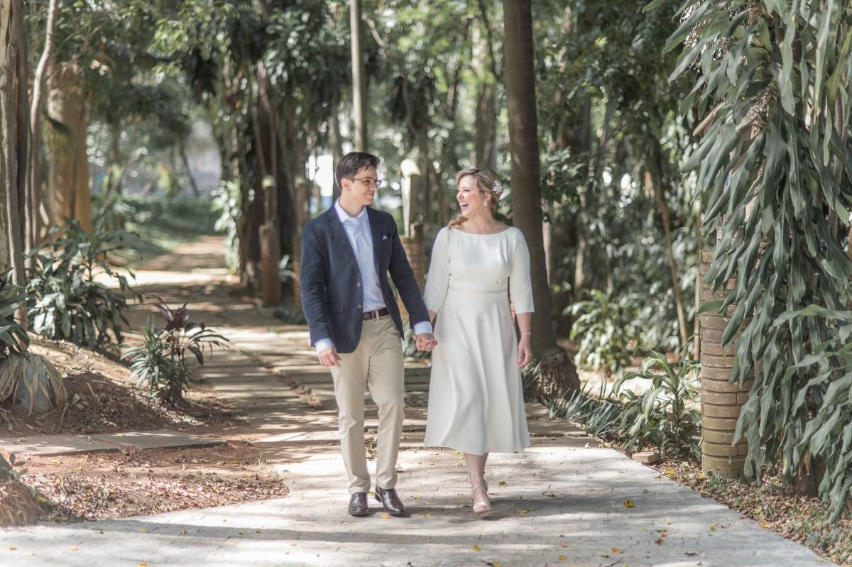 Casamento com comemoração de bolo e champanhe   Foto: Danilo Maximo