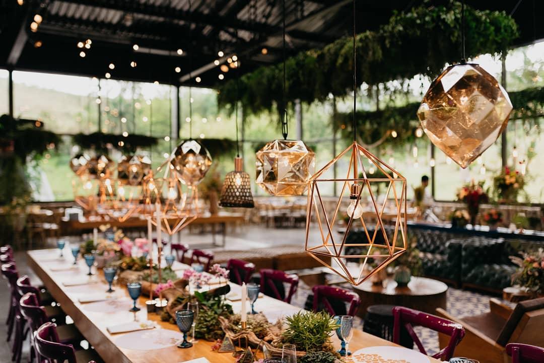 Lustres metalizados na decoração do casamento