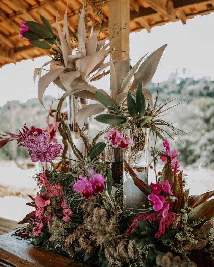 Decoração com folhas secas e orquídeas