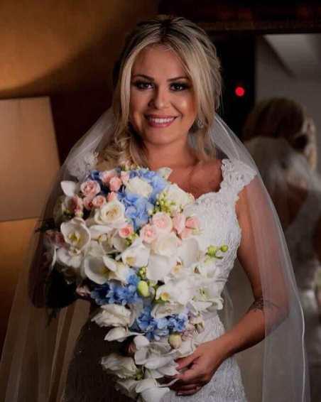 Buquê cascata com hortênsias azuis, orquídeas brancas e mini rosas - Foto: Agência Casa Luxury