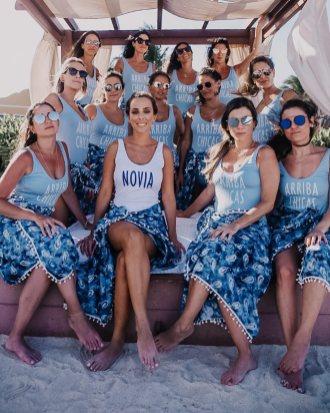 Madrinhas na praia para despedida de solteira de azul - Via: Cheers Travel