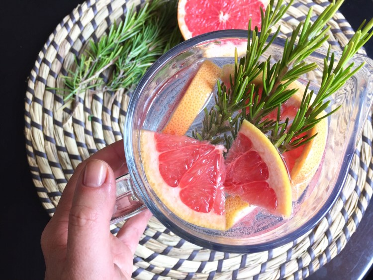 Acqua aromatizzata al pompelmo rosa e rosmarino