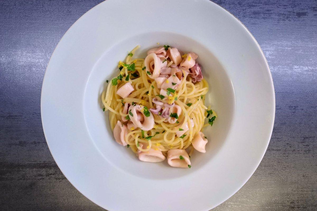 Spaghetti calamari e limone