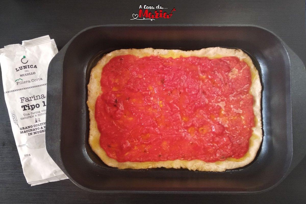 Pizza rossa in teglia con farina macinata a pietra