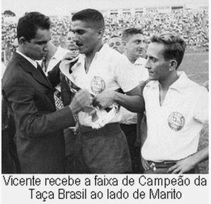 F 05 - 1959 - Léo recebe a faixa de campeão brasileiro  ao lado de Marito