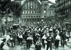 <i>Les Belges arrivent à la gare du Nord </i>[Paris], photographie, c.1900. © Bridgeman Art Library