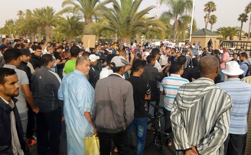516e9f9063c4e وعرفت التظاهرة الإحتجاجية حضورا أمنيا مكثفا، الذي رافق الحشود، دون تسجيل  أية احتكاكات بين الجانبين.