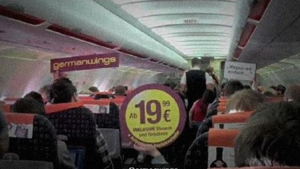Fazendo propaganda no avião da concorrente