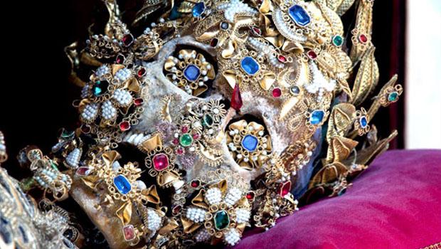 As incríveis ossadas centenárias de santos repletas de joias.