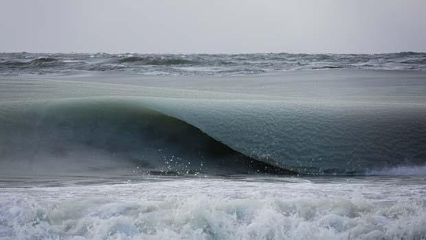 A onda congelou em uma linda forma em Nantucket.