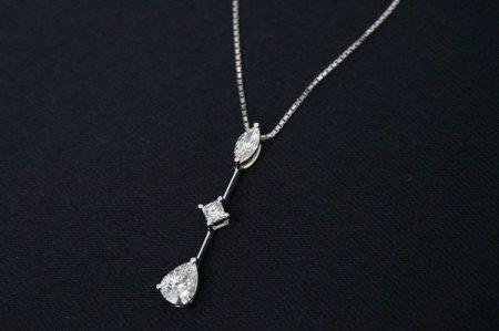 3種類のブリリアントカットのプラチナ製ダイヤモンドトリロジーネックレス