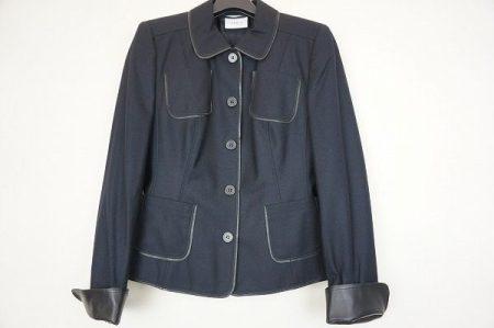 シックな雰囲気とガーリーさを兼ね備えている。アクリスのジャケットをお売りいただきました