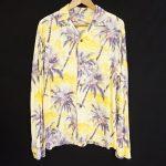 ビタミンカラーの生地にアンニュイな雰囲気のヤシの木がサンセットを連想させるサンサーフのアロハシャツを買取いたしました