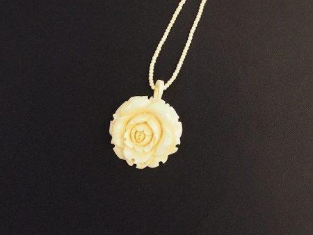 細かな手作業にて彫られた薔薇のデザインの象牙ネックレスを買取いたしました