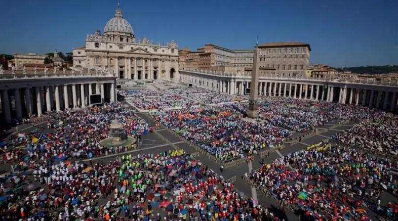 """La Plaza de San Pedro recibe a jóvenes peregrinos: """"¡No os canséis de buscar a Jesús!"""""""