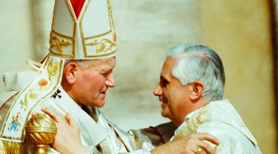 San Juan Pablo II y el Cardenal Joseph Ratzinger (Benedicto XVI). Crédito: Vatican Media