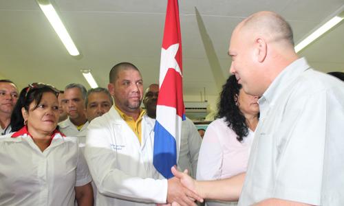 Dr. Roberto Morales, Ministro de Salud Pública de Cuba, dialoga con el Dr Enmanuel vigil (I), quien partió a su sexta misión como parte del Contingente Henry Reeve. Foto: Jorge Legañoa/ACN.