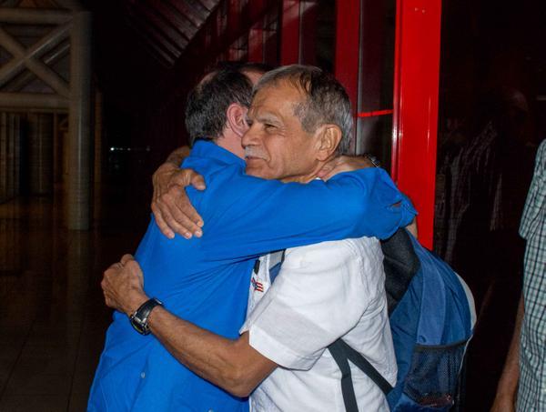 Fernando González Llort (I), Héroe de la República de Cuba y presidente del Instituto Cubano de Amistad con los Pueblos (ICAP), recibe al luchador independentista puertorriqueño Oscar López Rivera, en el aeropuerto internacional José Martí, en La Habana.