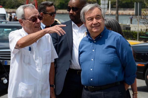 Eusebio Leal (I), Historiador de La Habana, y António Guterres (D), secretario general de la Organización de Naciones Unidas (ONU), recorren sitios de la Habana Vieja, Cuba, el 7 de mayo de 2018. ACN FOTO/Abel PADRON PADILLA