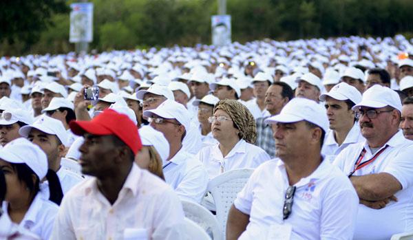 .- Asistentes al acto por el Aniversario150 del inicio de las Luchas Independentistas, en el Monumento Nacional La Demajagua, en Manzanillo, provincia Granma, el 10 de octubre de 2018.      ACN  FOTO/ Ariel LEY ROYERO