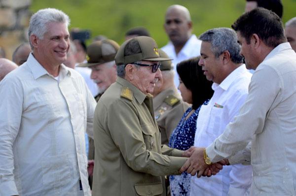 El General de Ejército Raúl Castro Ruz (C), Primer Secretario del Comité Central del Partido Comunista de Cuba (CC PCC), y Miguel Díaz-Canel Bermúdez (I), Presidente de los Consejos de Estado y de Ministros, durante el acto por el Aniversario150 del inicio de las Luchas Independentistas, en el Monumento Nacional La Demajagua, en Manzanillo, provincia Granma, el 10 de octubre de 2018.      ACN  FOTO/ Ariel LEY ROYERO