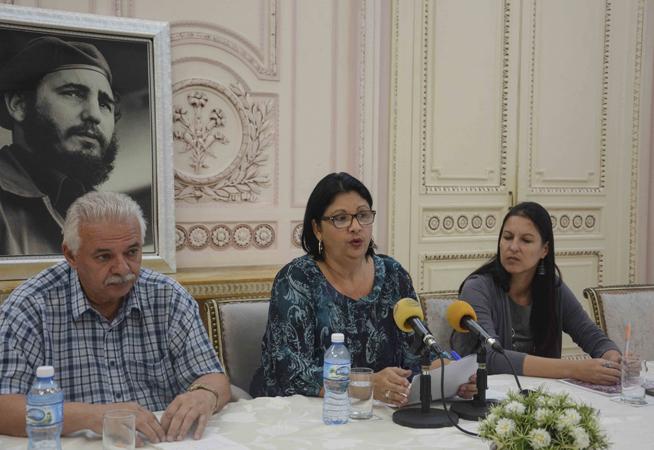 Noemí Rabasa Fernández (C), vicepresidenta del Instituto Cubano de Amistad con los Pueblos (ICAP), durante su intervención en la conferencia de prensa sobre los resultados del movimiento de solidaridad con los pueblos, en la sede del ICAP, en La Habana, el 9 de enero de 2019.