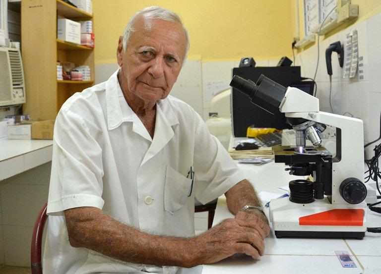 Evelio Álvarez Morell, técnico de laboratorio con 59 años de labor en el Hospital Pediátrico Docente Eduardo Agramonte Piña, en Camagüey, ha sido testigo y protagonista de las progresivas  transformaciones que recibió esta institución para adecuarla paulatinamente a las necesidades crecientes de la población infantill. 20 de marzo de 2019.