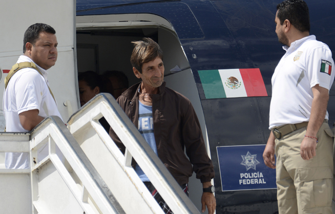 Arriban al Aeropuerto Internacional José Martí, en La Habana, repatriados cubanos provenientes de México, el 27 de marzo de 2019.