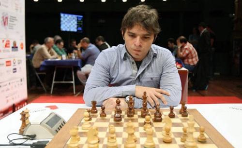 Saldo de cuatro triunfos y apenas una tabla deja al cubano Lázaro Bruzón como único líder del torneo de ajedrez Jugando en Concreto, que celebrará hoy sus rondas seis y siete en Villa Hermosa, México.