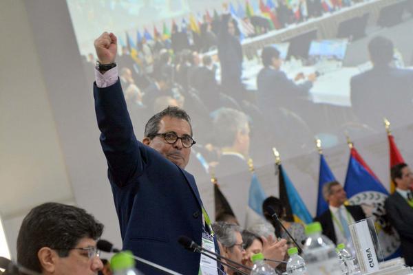 Juan Antonio Fernández, embajador de Cuba en Perú, durante la protesta de la Delegación de la Sociedad Civil Cubana, en el Dialogo entre Actores Sociales y Representantes de Alto Nivel de los Gobiernos de la VIII Cumbre de las Américas, en Lima, el 12 de abril de 2018. ACN FOTO/ Roberto SUAREZ/ Juventud Rebelde