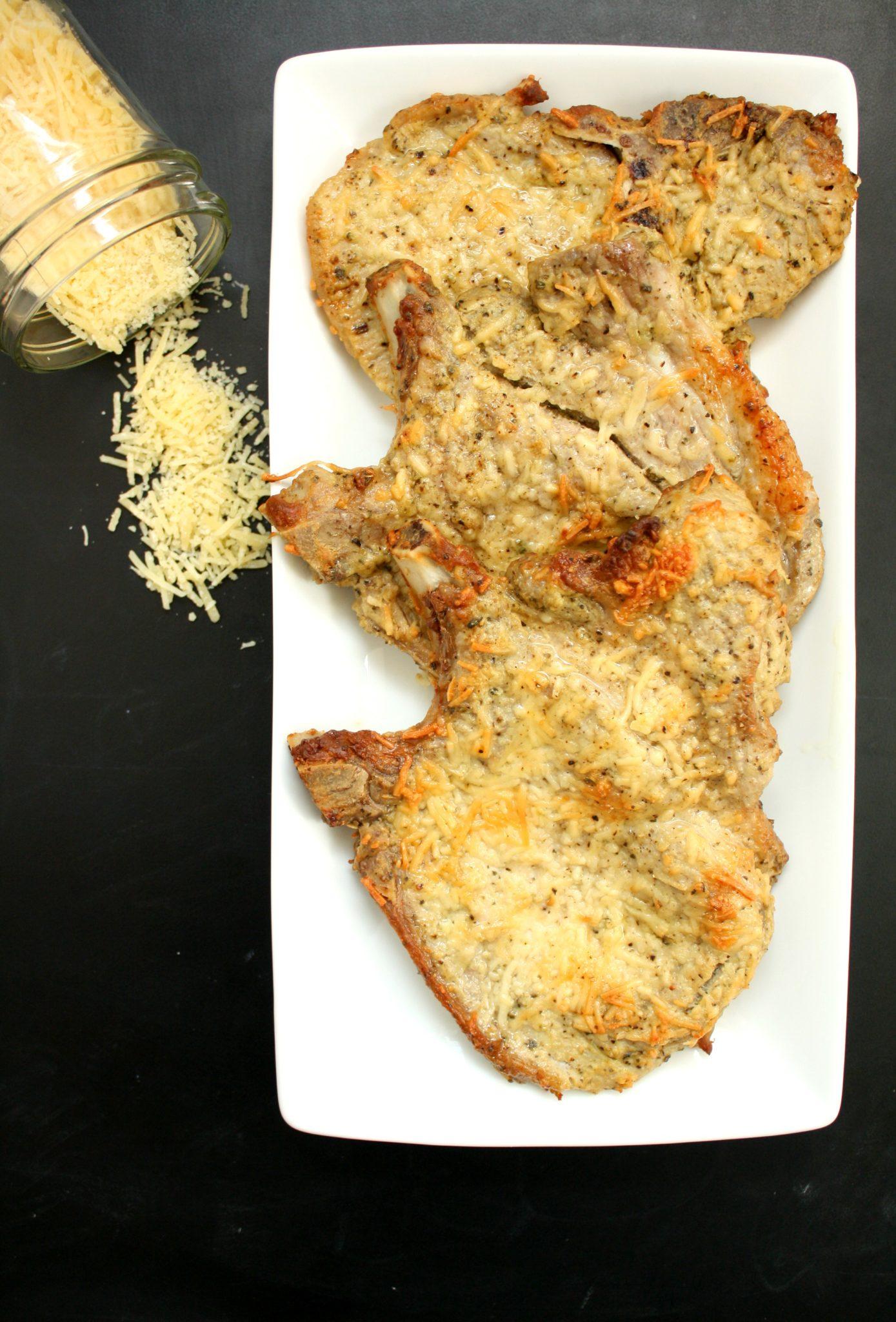 Bisteca de porco assada (empanada com queijo parmesão ralado)