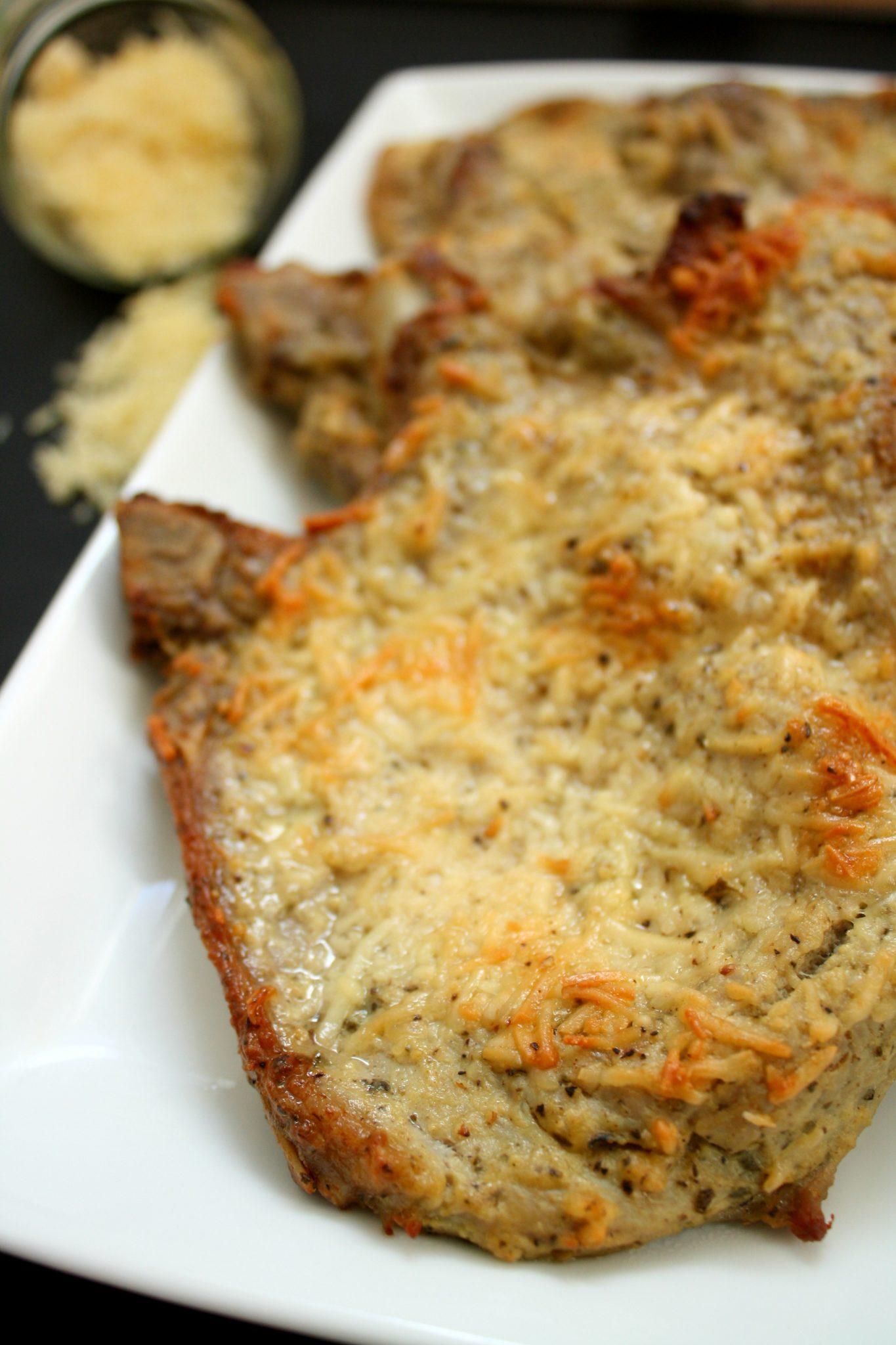 Camadinha crocante e deliciosa de queijo nessa bisteca de porco assada