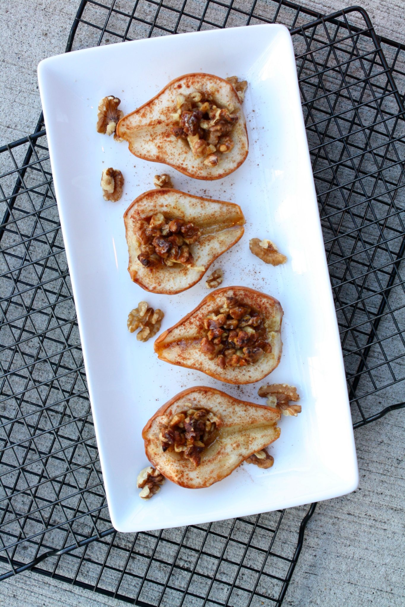 Pera assada com canela, nozes e mel! Super deliciosa e decadente, sem deixar a consciência pesada!