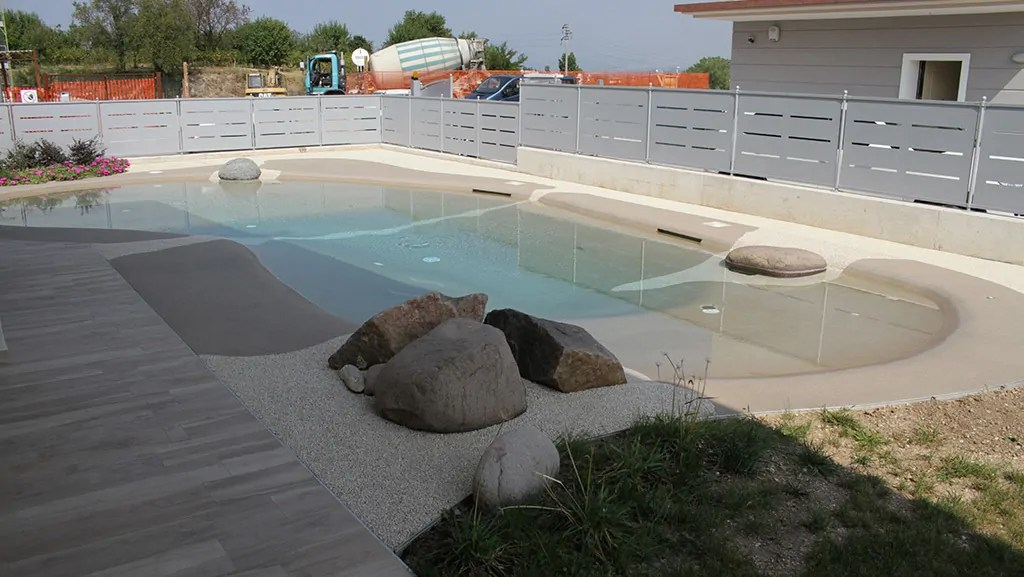 Piscina naturale a Peschiera del Garda con idromassaggio e spiaggetta