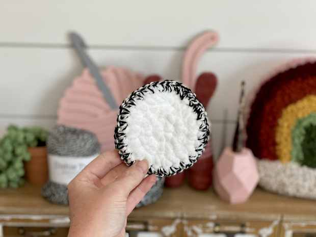 Learn how to make these extra plush crochet face scrubbies in 5 easy steps! This is the perfect sustainable crochet pattern for quarantine 2020! Free pattern.