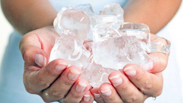 mão e gelo