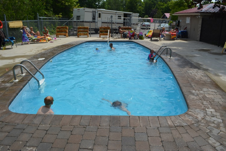 outdoor-pool-at-carsons-camp