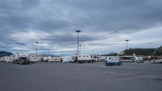 Der Walmart-Parkplatz in Whitehorse gleicht einer Wohnmobil-Ausstellung...